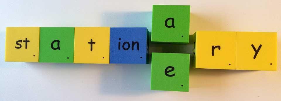 stationary 不動的 静止的 stationery 文具 homophones 同音異義